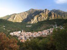 Typické mestečko medzi horami