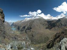 Údolie Llanganuco, vpravo tri vrcholy Huandoy